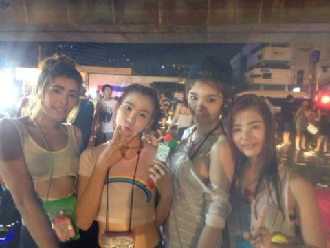 【画像】タイの水掛け合う「ソンクラーン」とかいう祭り。天国すぎワロタwwwwwww・6枚目