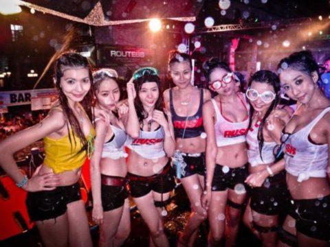 【画像】タイの水掛け合う「ソンクラーン」とかいう祭り。天国すぎワロタwwwwwww・7枚目