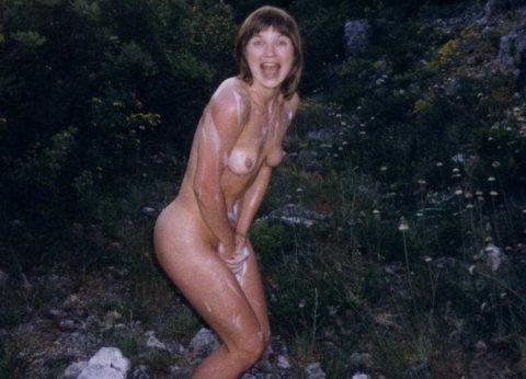 【画像】ガチの露出狂になり切れない女が全裸で外に出た結果wwwww・8枚目
