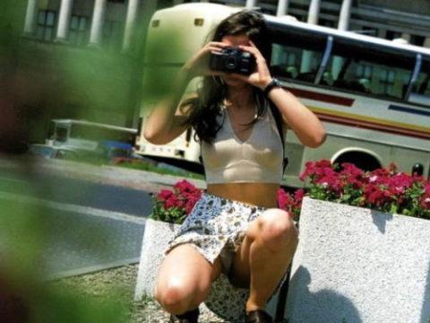 【街撮り】カメラが趣味の素人まんさん、一瞬の油断を盗撮されるwwwww・1枚目