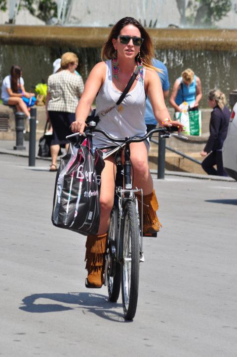 海外のミニスカ女子さん、お構いなしに自転車乗るからしっかり盗撮されるwwwwww(37枚)・1枚目