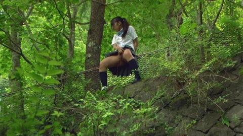 【マジキチ】高所から放尿して解放感を得ている女さんの表情wwwwwwww・1枚目