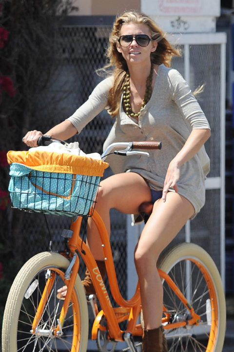 海外のミニスカ女子さん、お構いなしに自転車乗るからしっかり盗撮されるwwwwww(37枚)・10枚目
