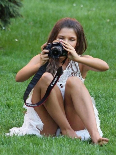 【街撮り】カメラが趣味の素人まんさん、一瞬の油断を盗撮されるwwwww・10枚目