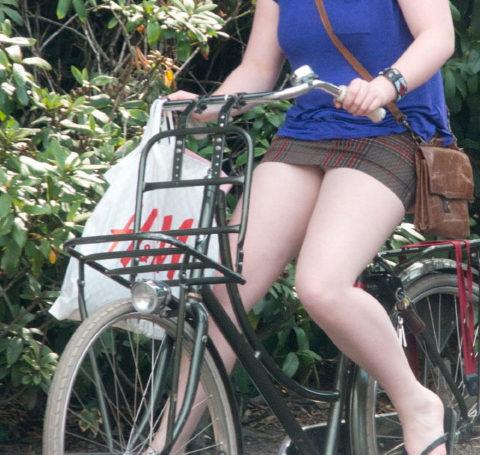 海外のミニスカ女子さん、お構いなしに自転車乗るからしっかり盗撮されるwwwwww(37枚)・13枚目