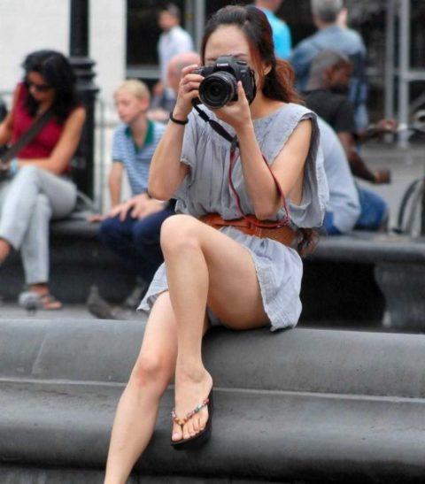 【街撮り】カメラが趣味の素人まんさん、一瞬の油断を盗撮されるwwwww・15枚目