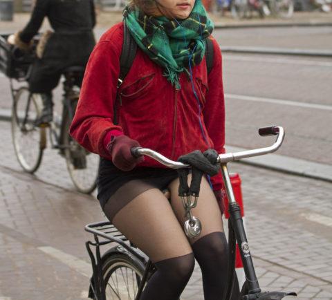 海外のミニスカ女子さん、お構いなしに自転車乗るからしっかり盗撮されるwwwwww(37枚)・17枚目