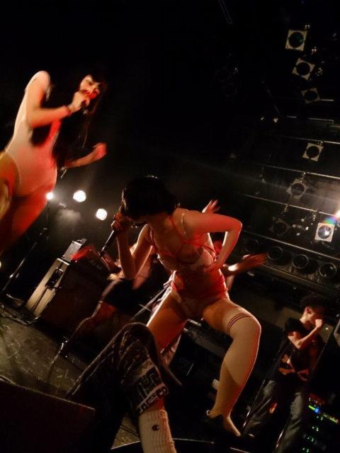 ライブ中に観客の前で全裸になる歌手ってなんなの??(35枚)・17枚目