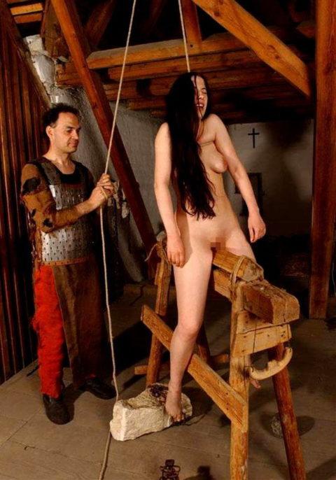 大昔の拷問器具で調教される身体が裂けそうな女がこちら。(画像あり)・18枚目
