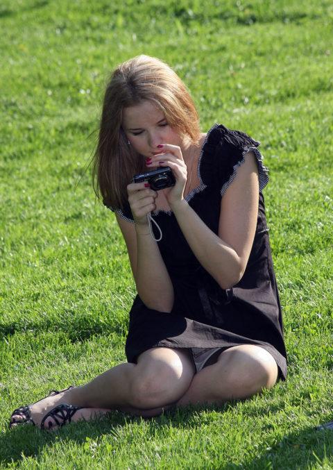 【街撮り】カメラが趣味の素人まんさん、一瞬の油断を盗撮されるwwwww・18枚目