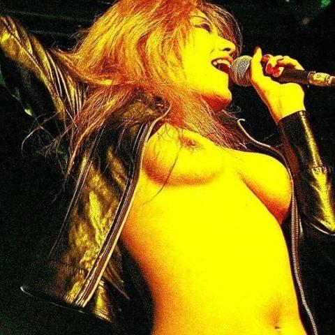 ライブ中に観客の前で全裸になる歌手ってなんなの??(35枚)・18枚目