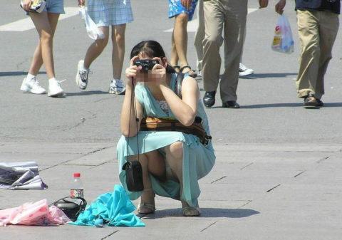 【街撮り】カメラが趣味の素人まんさん、一瞬の油断を盗撮されるwwwww・19枚目