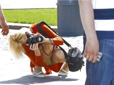 【街撮り】カメラが趣味の素人まんさん、一瞬の油断を盗撮されるwwwww・2枚目