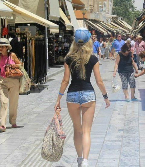 【街撮り】ホットパンツを狙う盗撮マンが公開したエロ画像wwwwwww(37枚)・2枚目