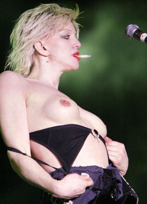 ライブ中に観客の前で全裸になる歌手ってなんなの??(35枚)・20枚目