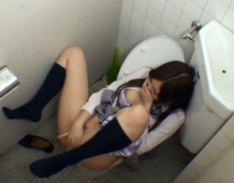【悲報】思春期JKさん、トイレでオナニーしてる様子を盗撮される。。(画像あり)・20枚目