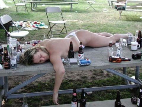 【画像】ビッチの酔いどれまんさん、レイプされても文句言えないよな?・21枚目