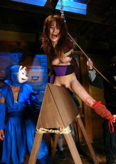 大昔の拷問器具で調教される身体が裂けそうな女がこちら。(画像あり)・22枚目