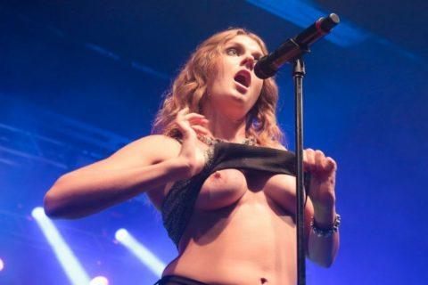ライブ中に観客の前で全裸になる歌手ってなんなの??(35枚)・22枚目