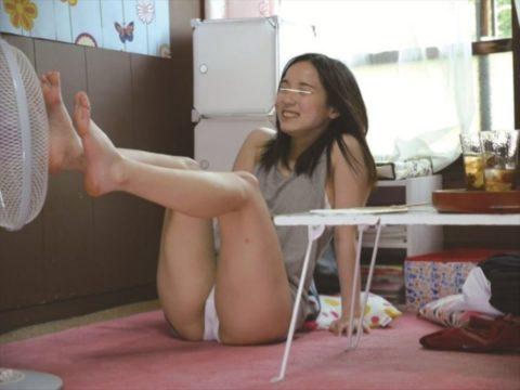 【画像あり】夏の暑い日に扇風機の前で大胆になる女が撮影されるwwwwww・24枚目