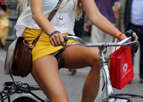 海外のミニスカ女子さん、お構いなしに自転車乗るからしっかり盗撮されるwwwwww(37枚)・25枚目