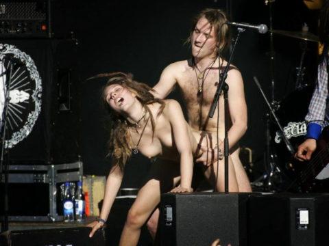 ライブ中に観客の前で全裸になる歌手ってなんなの??(35枚)・25枚目