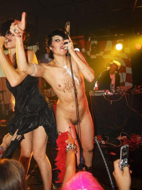 ライブ中に観客の前で全裸になる歌手ってなんなの??(35枚)・27枚目