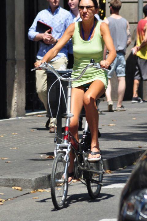 海外のミニスカ女子さん、お構いなしに自転車乗るからしっかり盗撮されるwwwwww(37枚)・3枚目