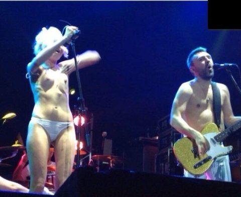 ライブ中に観客の前で全裸になる歌手ってなんなの??(35枚)・3枚目
