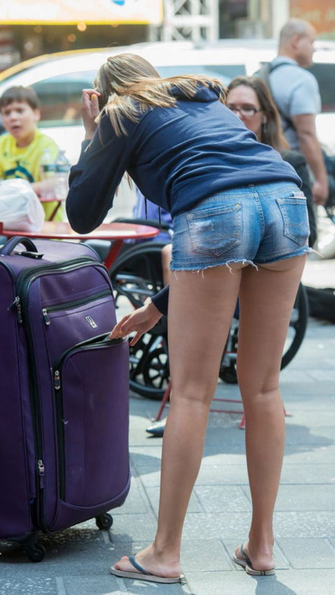 【街撮り】ホットパンツを狙う盗撮マンが公開したエロ画像wwwwwww(37枚)・30枚目