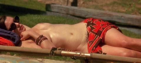【画像あり】海外の女優まんさん、マン毛を剃らずに出演した結果wwwwww・30枚目