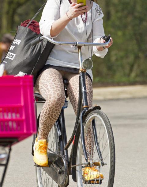 海外のミニスカ女子さん、お構いなしに自転車乗るからしっかり盗撮されるwwwwww(37枚)・34枚目