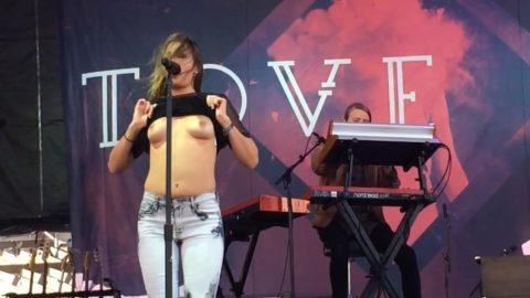 ライブ中に観客の前で全裸になる歌手ってなんなの??(35枚)・34枚目