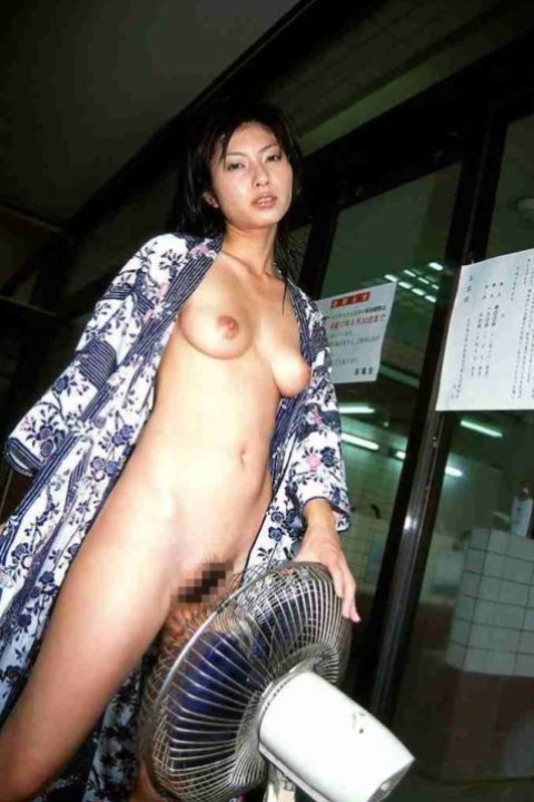 【画像あり】夏の暑い日に扇風機の前で大胆になる女が撮影されるwwwwww・39枚目