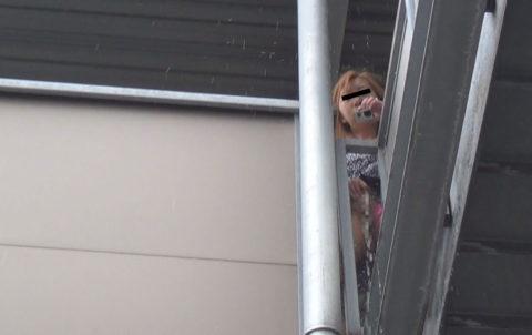 【マジキチ】高所から放尿して解放感を得ている女さんの表情wwwwwwww・4枚目
