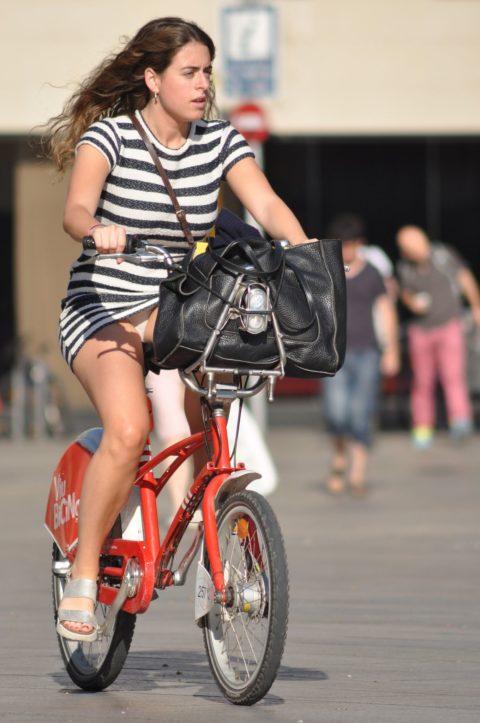 海外のミニスカ女子さん、お構いなしに自転車乗るからしっかり盗撮されるwwwwww(37枚)・5枚目