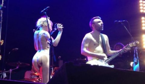ライブ中に観客の前で全裸になる歌手ってなんなの??(35枚)・5枚目