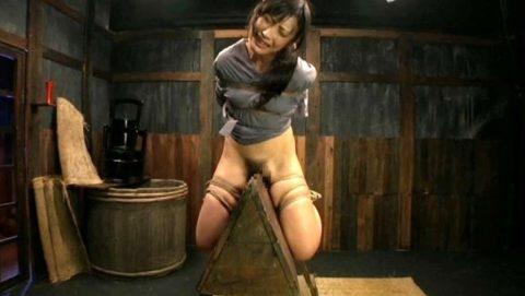 大昔の拷問器具で調教される身体が裂けそうな女がこちら。(画像あり)・6枚目