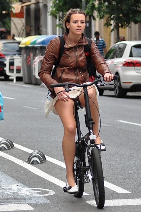 海外のミニスカ女子さん、お構いなしに自転車乗るからしっかり盗撮されるwwwwww(37枚)・7枚目