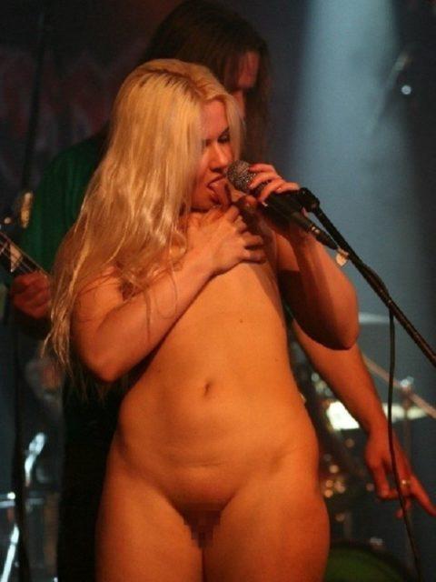 ライブ中に観客の前で全裸になる歌手ってなんなの??(35枚)・7枚目