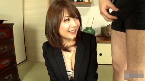 【画像】パンツ越しに「勃起チンポ」を鑑賞してる女の表情wwwww・8枚目