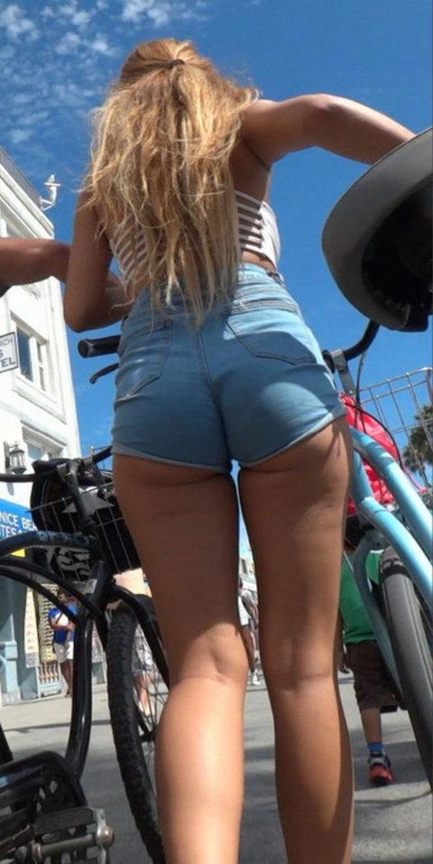 【街撮り】ホットパンツを狙う盗撮マンが公開したエロ画像wwwwwww(37枚)・8枚目