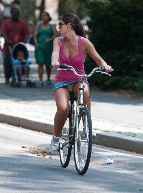 海外のミニスカ女子さん、お構いなしに自転車乗るからしっかり盗撮されるwwwwww(37枚)・9枚目