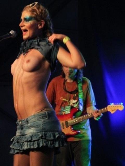 ライブ中に観客の前で全裸になる歌手ってなんなの??(35枚)・9枚目