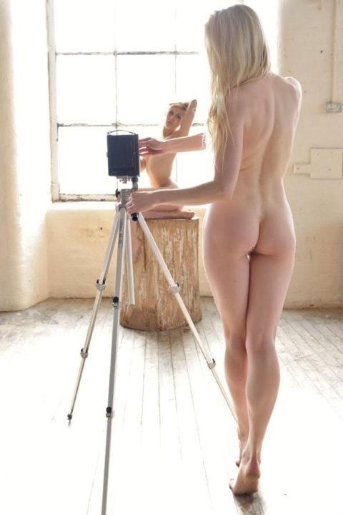 【画期的】撮影する側が「全裸」になるヌードフォトグラマーとかいう人たちwwwwww・1枚目