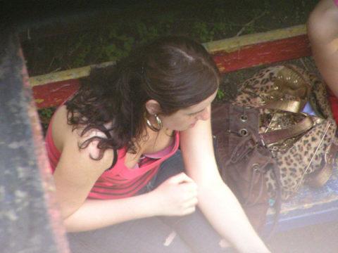 【街撮り】座ってる胸チラ女を上アングルから撮影した画像集。(38枚)・1枚目