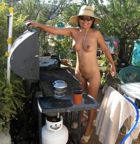 【画像あり】この時期になると増えてくる全裸BBQ女子が撮影されるwwwww・1枚目
