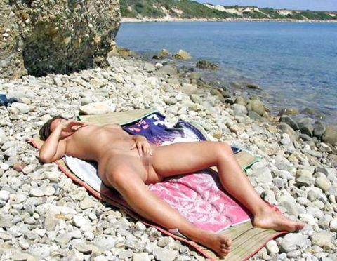ヌーディストビーチで開放的になりすぎた女さん、オナニーするが盗撮されるwwwwww・1枚目