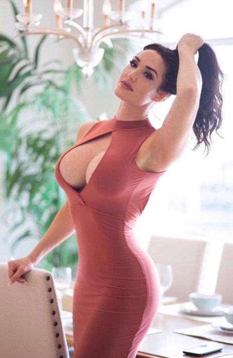 【画像】巨乳美女+タイトドレスが最強すぎるんやが。。(38枚)・11枚目