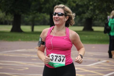 【画像あり】ビーチク浮きまくってる女子ランナーのお姿がこちらwwwwwww・11枚目